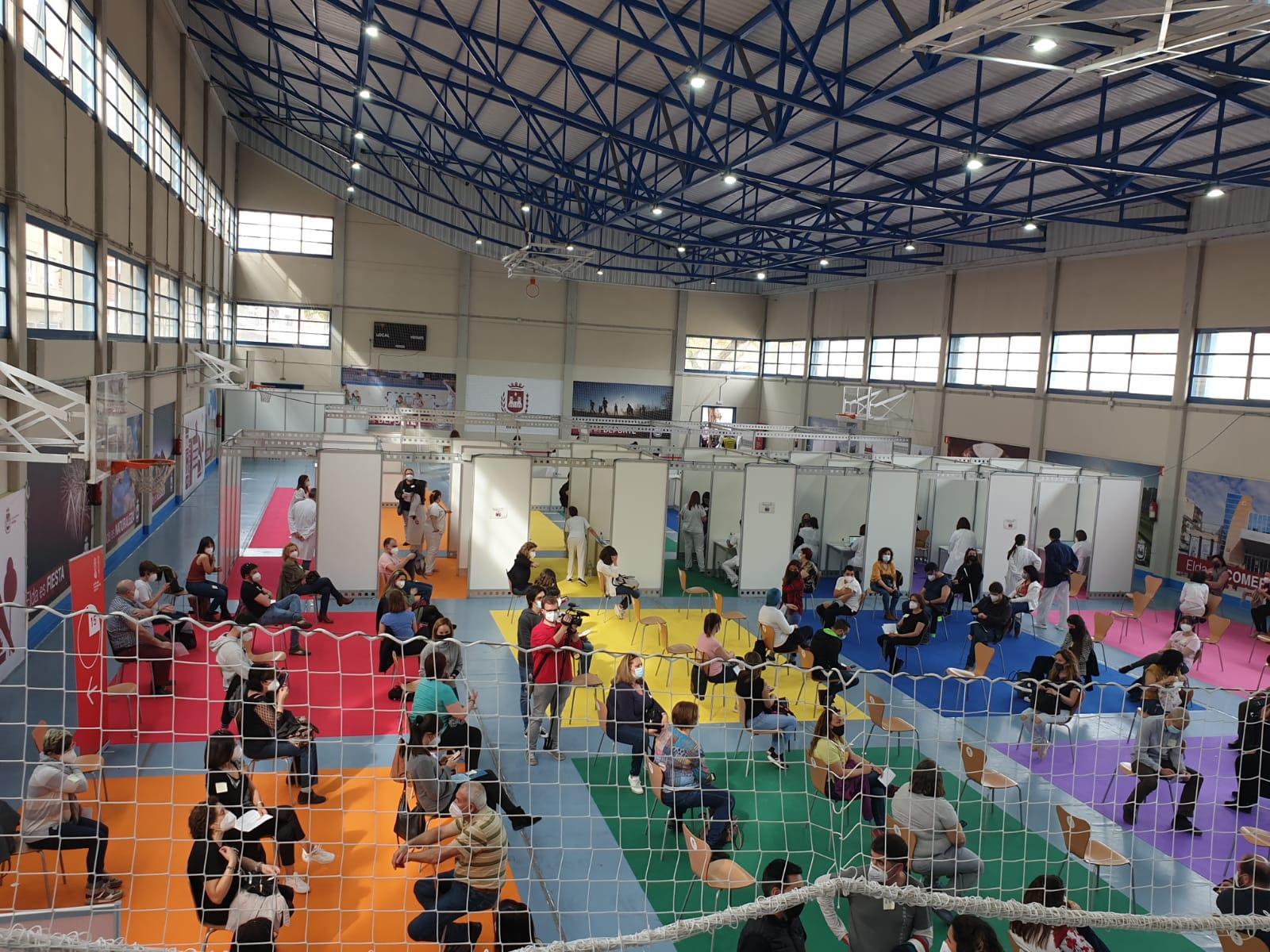La vacunación masiva de los docentes de toda la comarca comienza en el punto habilitado por el Ayuntamiento de Elda en las instalaciones del Pabellón Azul