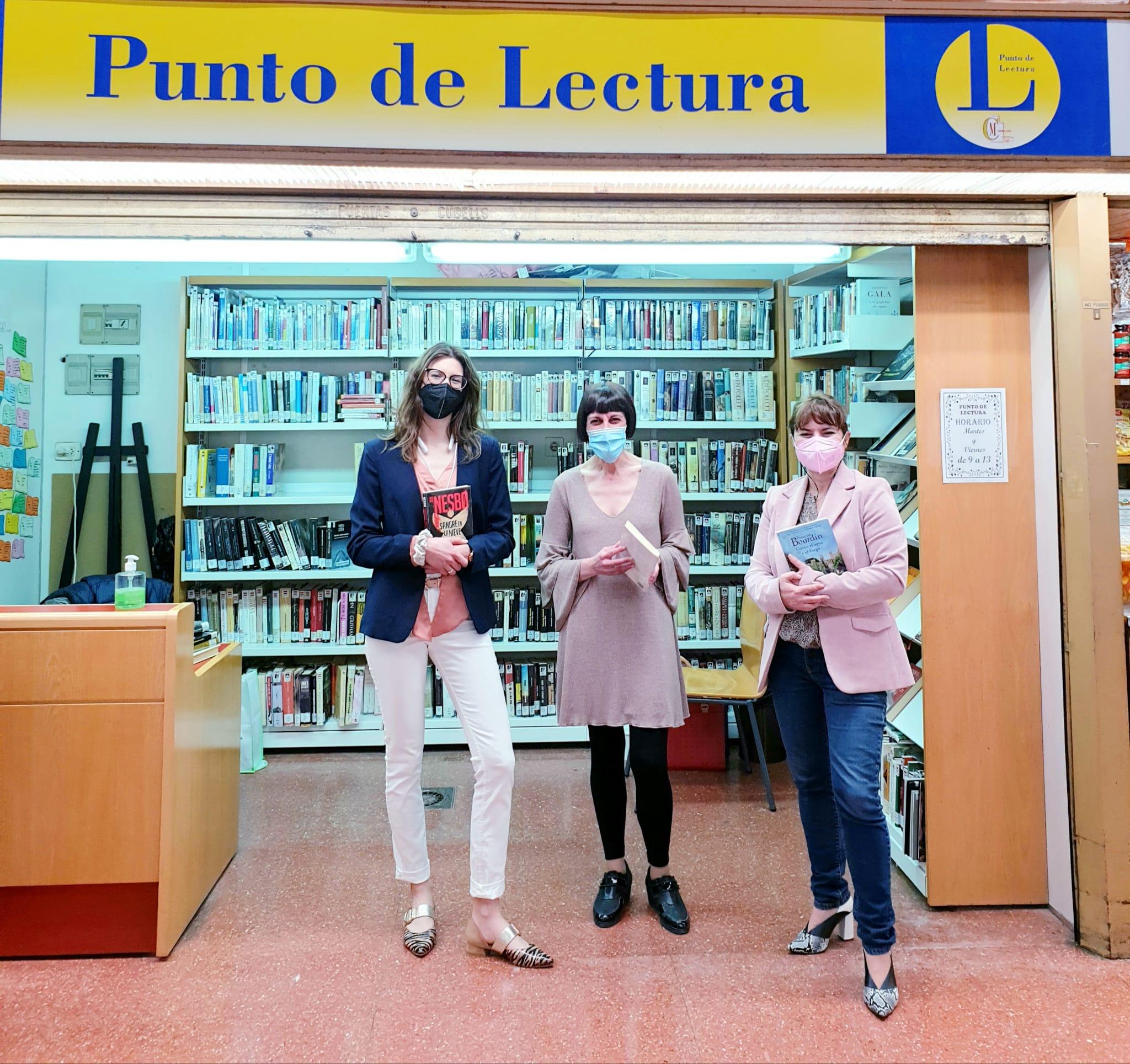 El Punto de Lectura del Mercado Central de Elda regala marcapáginas a sus usuarios y usuarias para conmemorar el Día Internacional del Libro