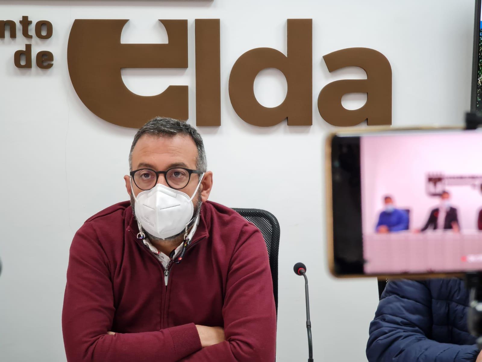 El Ayuntamiento de Elda avanza en el proceso de renovación de la imagen de la ciudad con el cambio de la señalética y el mobiliario urbano.