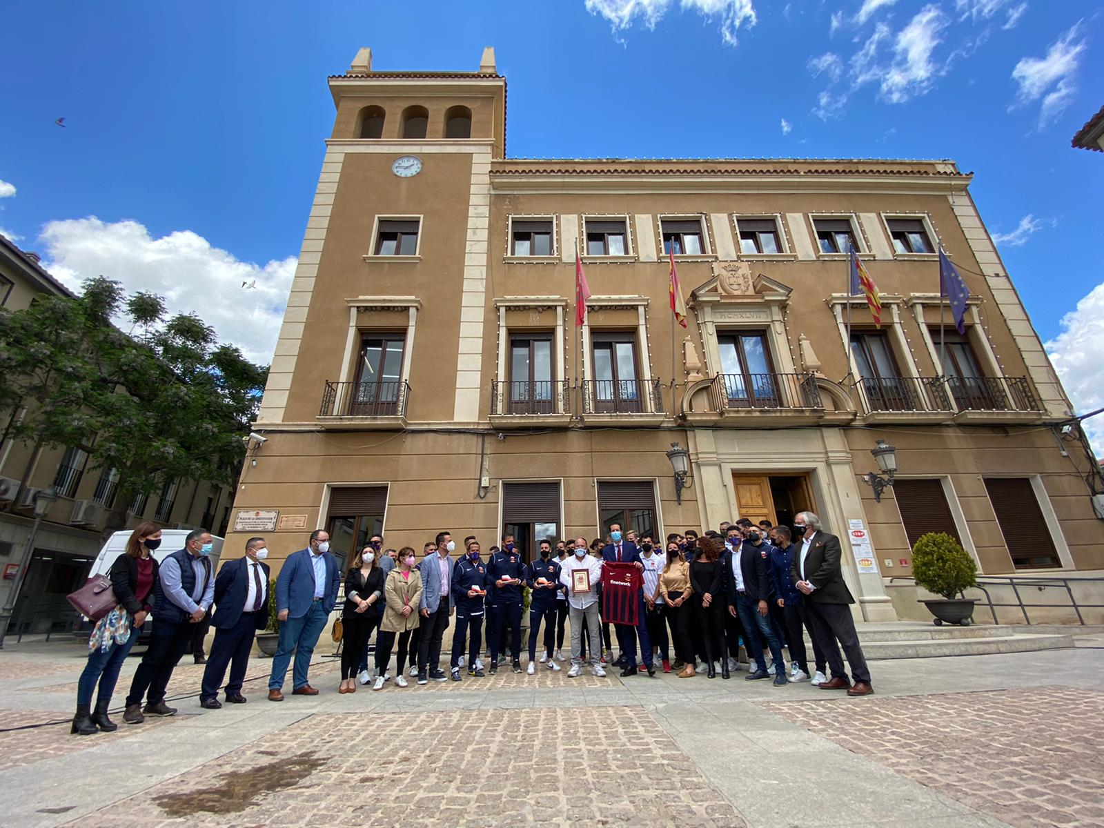 La Corporación Municipal recibe en la Plaza del Ayuntamiento a jugadores, técnicos y directivos del Deportivo Eldense para felicitarles por el ascenso de categoría