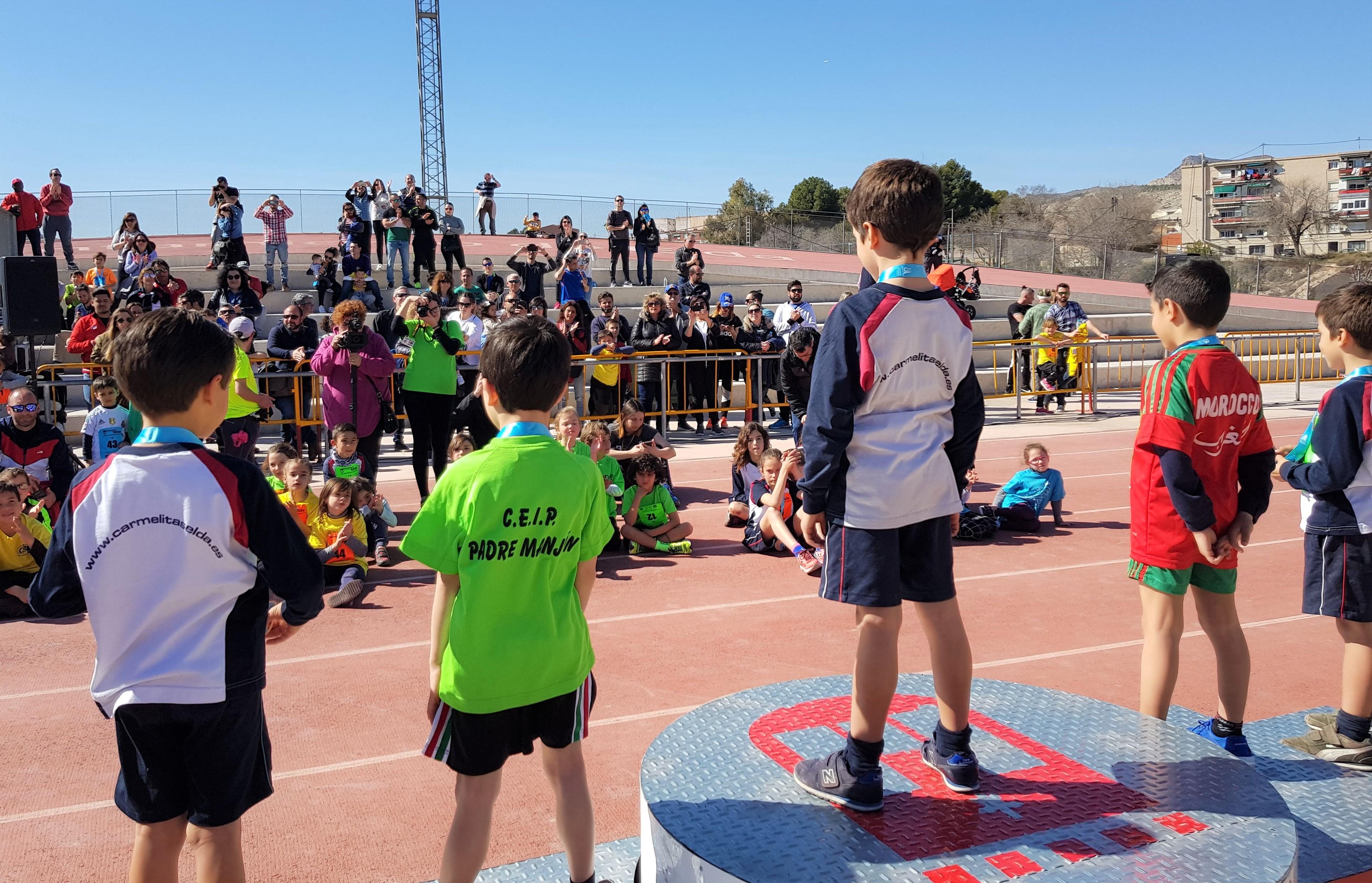 Más de 250 niños y niñas de Elda participan por primera vez en una actividad de iniciación al atletismo prebenjamín