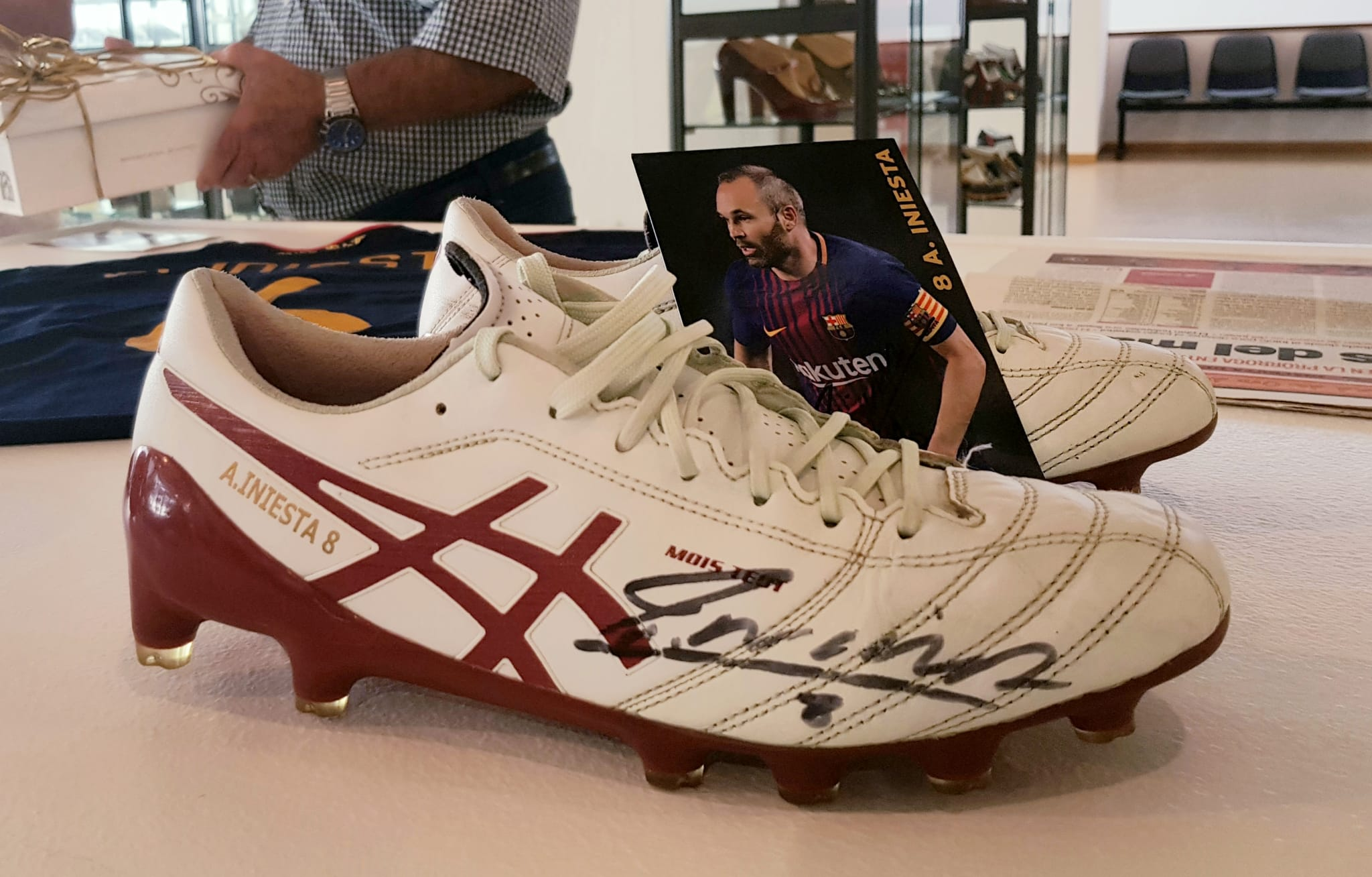 El Museo del Calzado de Elda ya cuenta con las botas de fútbol de Andrés Iniesta dentro de su colección de 'Zapato con Historia'