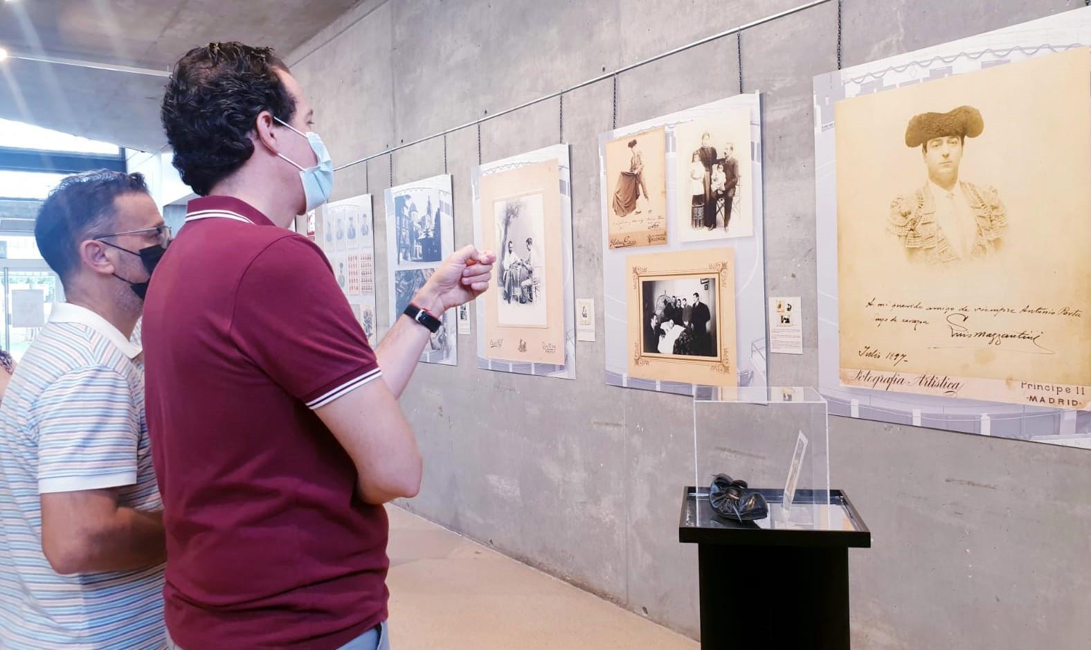 El Museo del Calzado acoge una muestra fotográfica que realiza un recorrido por los 75 años de historia de la Plaza de Toros de Elda