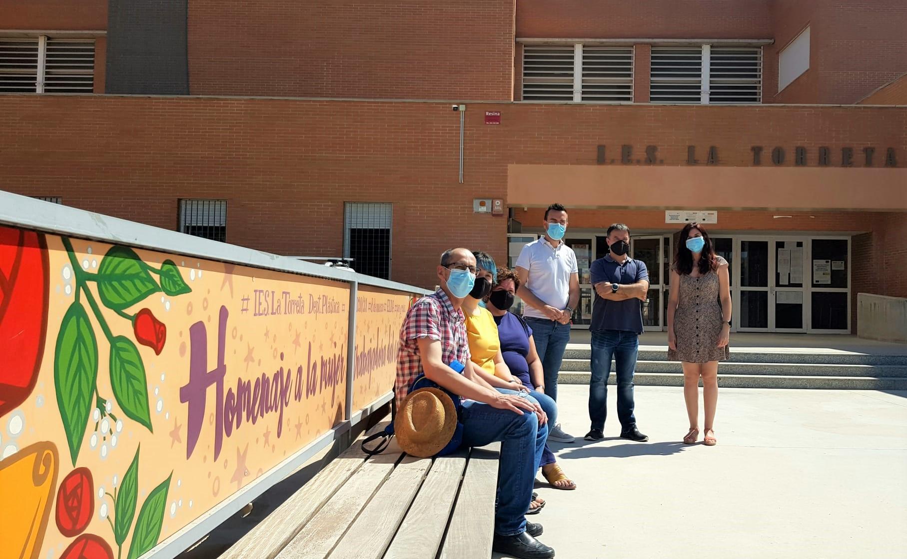 El IES La Torreta instala un mural de diez metros de longitud dedicado a la mujer trabajadora realizado por el alumnado del centro