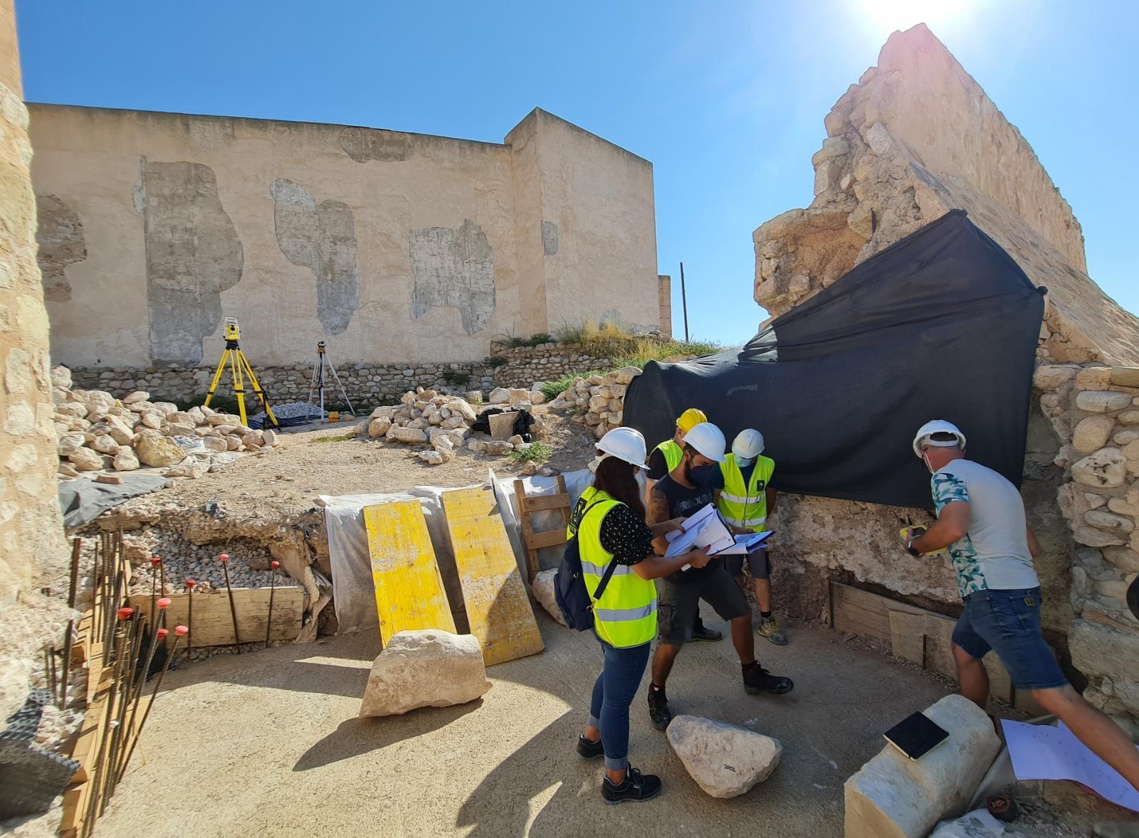 El Ayuntamiento de Elda avanza en la recuperación del Castillo con los trabajos de reconstrucción de la puerta del antemural