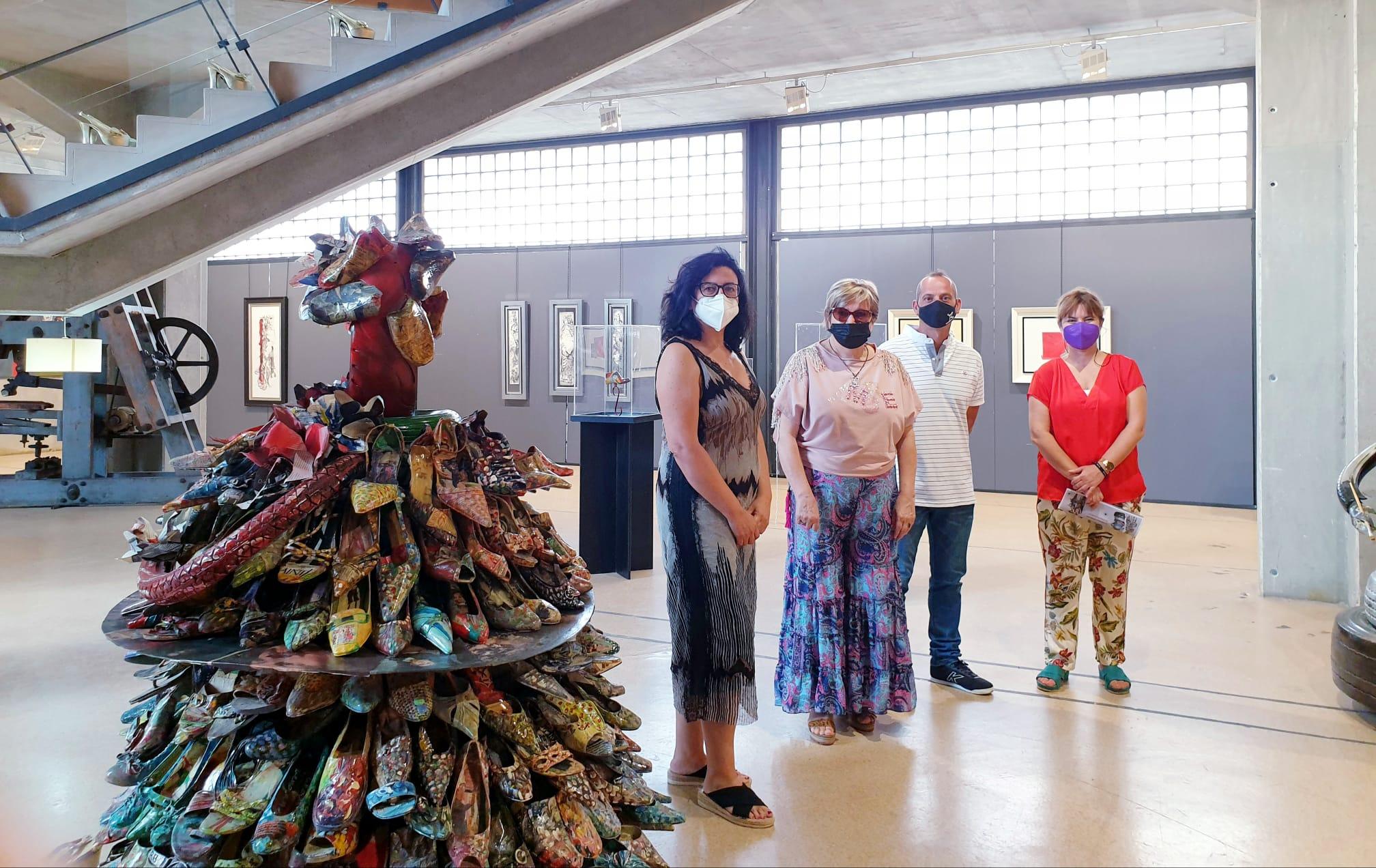 El Museo del Calzado acoge una exposición temporal de pintura y escultura realizada con zapatos reciclados