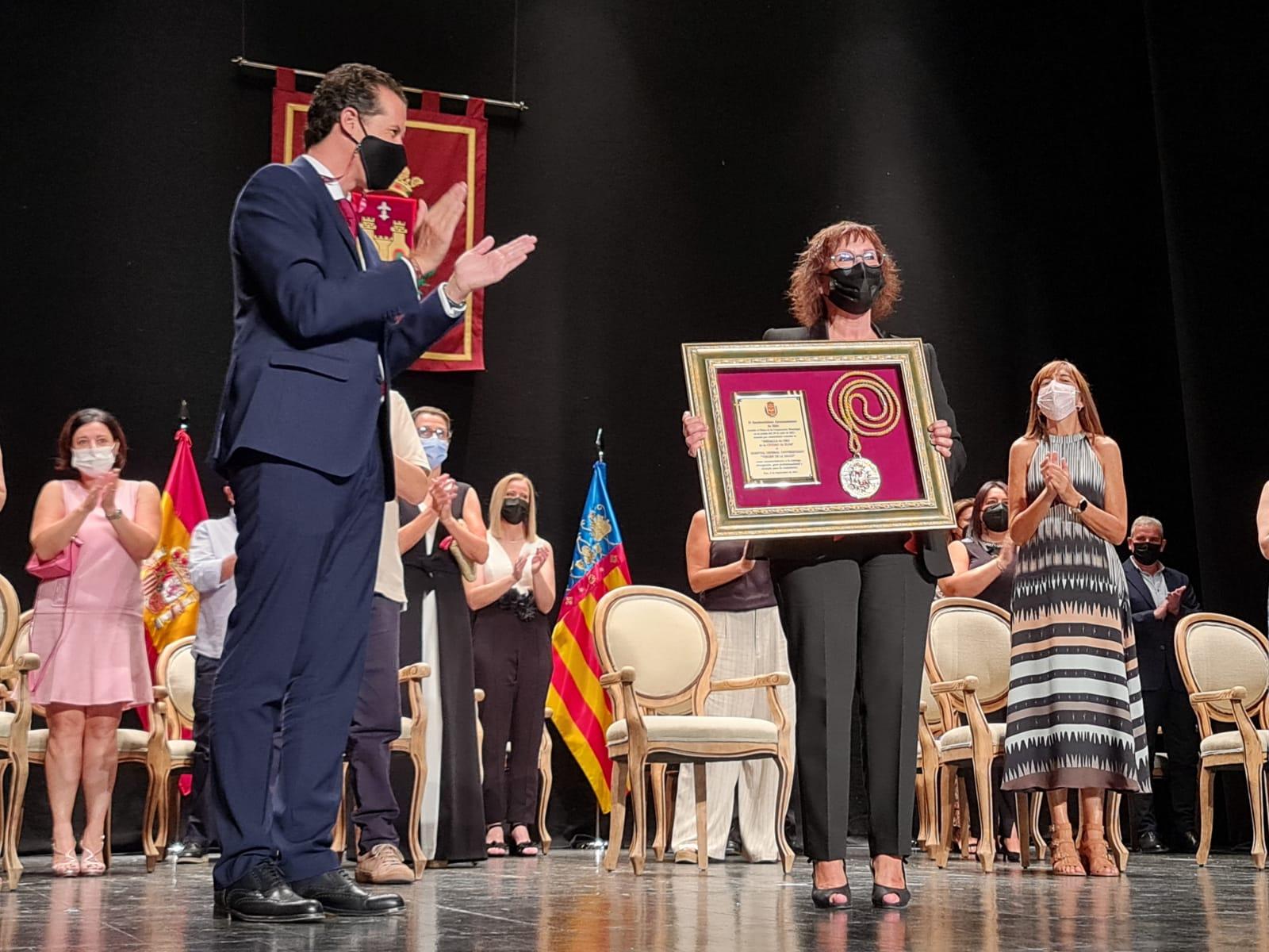 Elda abre sus Fiestas Mayores con la entrega de la Medalla de Oro de la Ciudad al Hospital  'Virgen de la Salud' por la labor realizada desde su apertura y durante la pandemia